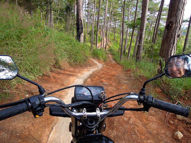 Moto dans la forêt autour de Dalat, Vietnam