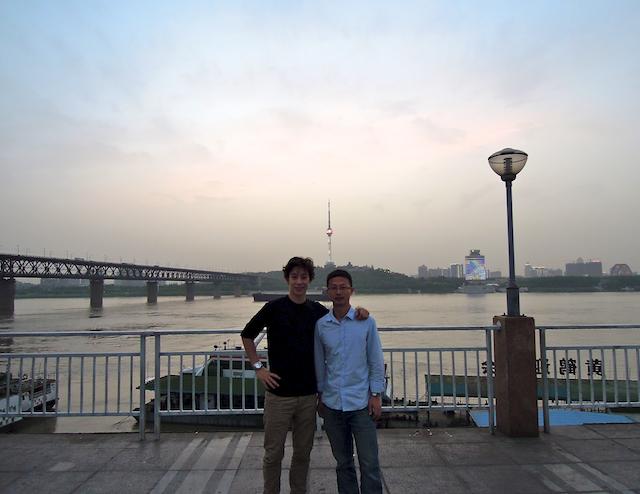 Eric Yi Sun et moi le long de la rivière à Wuhan
